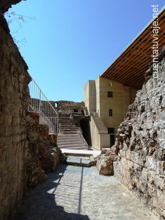 Una de las entradas, al Teatro Romano de Sagunto.