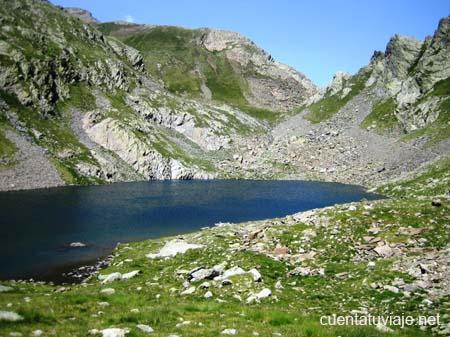 Ibón de Gorgutes, al fondo a la derecha el Puerto de la Glera, Benasque (Huesca)