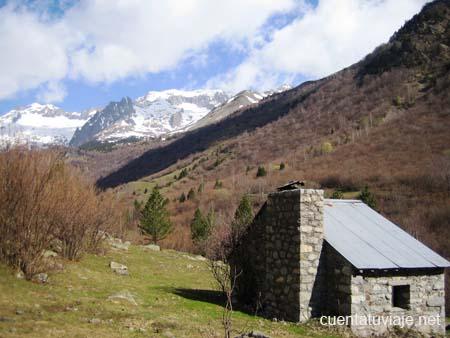 Cabaña de Santa Ana, al fondo el Perdiguero, Benasque (Huesca)